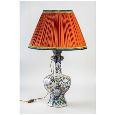 Marque Pk – Vase bulbe en faïence polychrome de Delft XIXème siècle monté en lampe