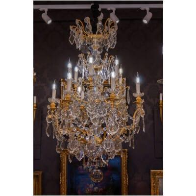 Baccarat signé – Grand lustre en bronze doré de style Louis XVI à décor de cristal vers 1880-1890