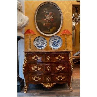 Commode galbée d'époque Louis XV en marqueterie de bois de Rose et de bois de violette vers 1750