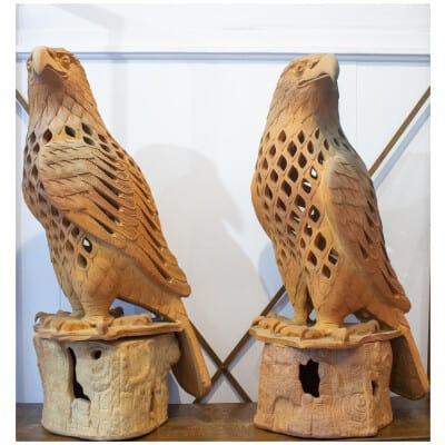 Grands faucons sculptés en terre cuite