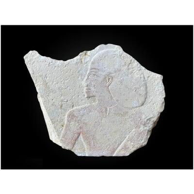FRAGMENT de BAS-RELIEF D'après l'Égypte antique, dans le style ptolémaïque Calcaire beige et pigments