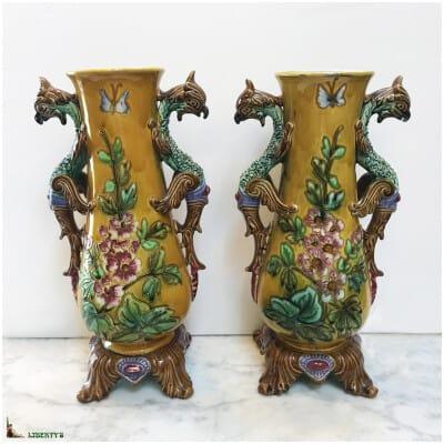 Paire de vase barbotine avec fleurs et papillon, anses de chimères, haut. 35.5 cm (Fin XIXe)