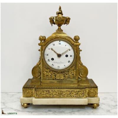 Pendule Louis XVI bronze doré au mercure et marbre blanc signée Debay Paris, mouvement avec suspension à fil de soie, aiguilles ajourées, haut. 36.5 cm (Fin XVIIIe)