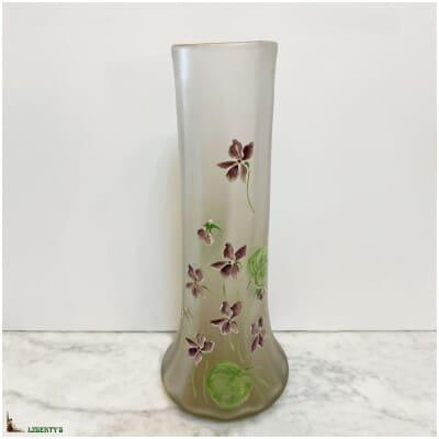 Vase en verre givré émaillé avec violettes, haut. 30.5 cm (Fin XIXe)