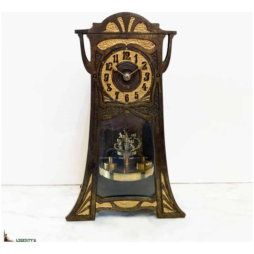 Pendule cage bronze patiné Art Nouveau 400 jours avec décor intérieur d'un paon, Haut. 30 cm, Deb. XXe