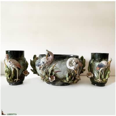 Garniture barbotine de Montigny sur Loing à décor de cigognes, jardinière 51 cm x 45 cm x haut 31 cm et paire de vases haut. 29 cm