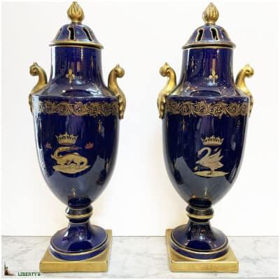 Paire de grands vases couverts faïence bleue de Langeais à décors hermine et cygne, haut. 52 cm, Fin XIXe