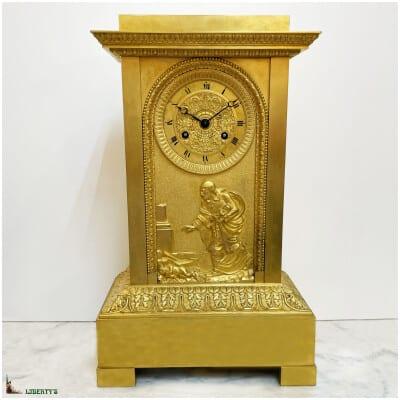 """Pendule borne bronze doré au mercure, sujet """"Saint Vincent de Paul"""", mouvement avec suspension à fil de soie, haut. 41 cm (Deb. XIXe)"""