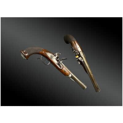 Paire de pistolets à silex à futs courts, par Bachereau à Paris France, XIXème.