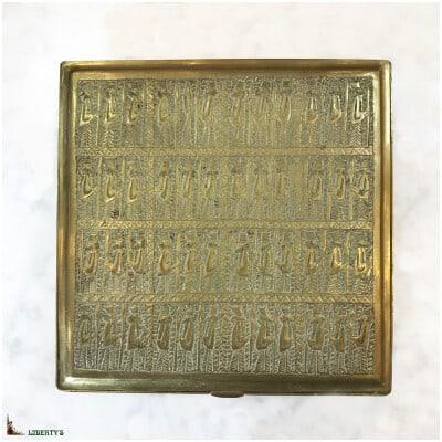 Boîte en laiton répoussé, 14.5 cm x 14.5 cm, (Fin XIXe)