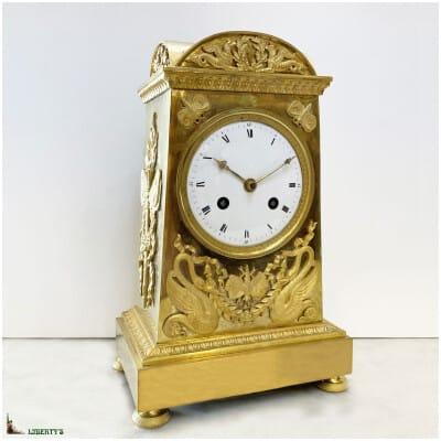 Pendule borne Empire en bronze doré au mercure à décor de cygnes et de papillons, aiguilles ajourées, mouvement avec suspension à fil de soie, haut. 26.5 cm, 1800-1810)