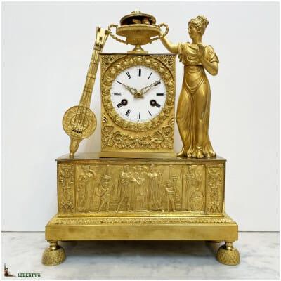 """Pendule empire bronze doré au mercure, sujet """"Moïse sauvé des eaux"""", mouvement avec suspension à fil de soie, haut. 34 cm (Ca 1810)"""