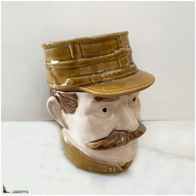 Pot à tabac barbotine de Fives-Lille Militaire, haut. 13.5 cm, (Deb XXe)