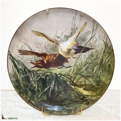 Grand plat lenticulaire porcelaine de Montereau peint avec vol de canards, diam. 45 cm, (Fin XIXe)