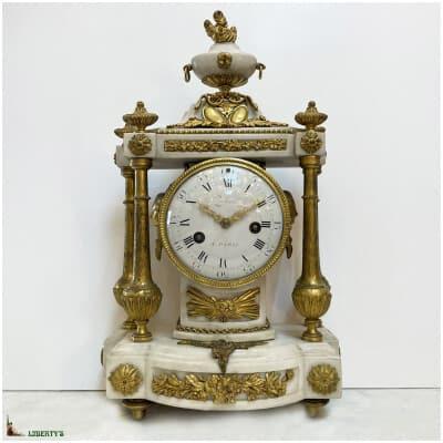 Pendule borne avec quatre colonnes en bronze doré au mercure et marbre blanc, mouvement à suspension à fil de soie et aiguilles ajourées, signé Pochon à Paris, haut. 46 cm, (Fin XVIIIe)