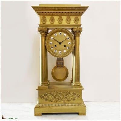 Régulateur portique en bronze doré au mercure, cartouches email, balancier compensé, signé Alex. Dallée à Paris, haut. 57 cm (Deb XIXe)
