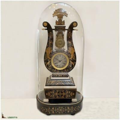 Grande pendule lyre en bois sous globe verre, haut. 62 cm, (1827)