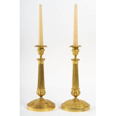 Paire de flambeaux en bronze ciselé et doré à décor de palmettes d'époque Restauration vers 1820