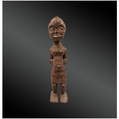 STATUETTE LWENA – Culture Luluwa – République démocratique du Congo – Deuxième moitié du XXème siècle – Bois, pigments