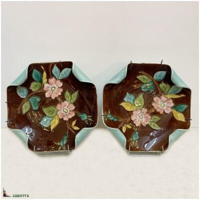 Paire d'assiettes barbotine avec fleurs, 21 cm x 21 cm, (Fin XIXe)