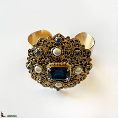 Bracelet de style baroque doré avec strass et perles de Pierre-Bex, larg 7 cm, (1980-1990)