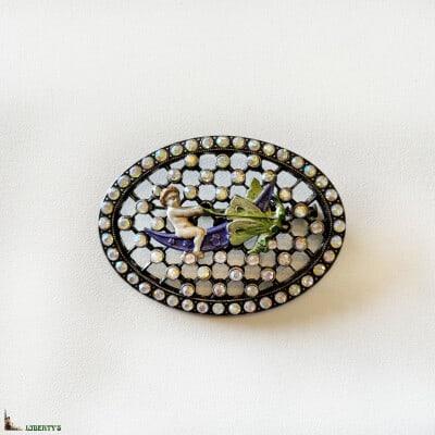 Broche ovale argentée avec anges émaillés et strass de Pierre-Bex, larg 6 cm, (1970-1980) 3