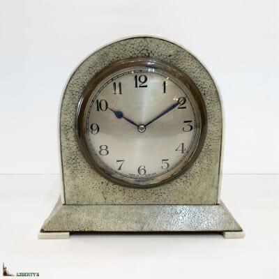 Pendulette anglaise borne Art Deco recouverte de galuchat, pietements et filets d'ivoire, haut. 15 cm, (Deb XXe)