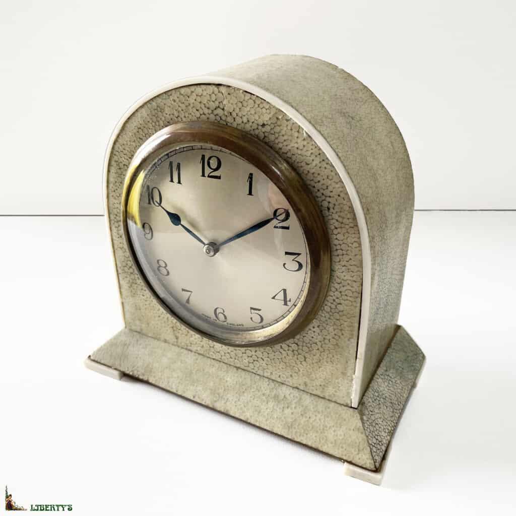 Pendulette anglaise borne Art Deco recouverte de galuchat, pietements et filets d'ivoire, haut. 15 cm, (Deb XXe) - 2