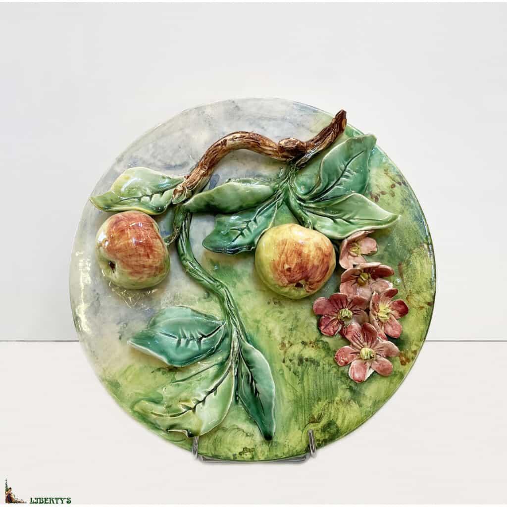 Assiette barbotine de Longchamp avec pommes, diam. 26 cm, (Fin XIXe)