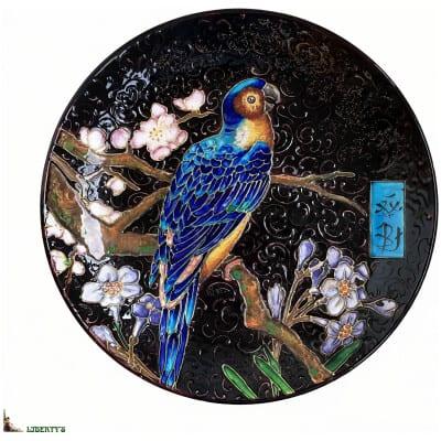 Plat Emaux de Vieillard Bordeaux avec décor japonisant de perroquet, diam. 35.5 cm, (Fin XIXe)