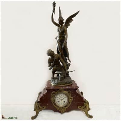 Pendule Art-Nouveau régule sur base marbre grillotte «Gloire au travail», signée Ch. Vély, haut. 78 cm, (Fin XIXe)