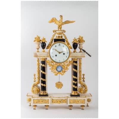Pendule portique d'époque Louis XVI (1774 – 1793).