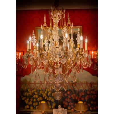 Baccarat signé – Important lustre de style Louis XVI en bronze doré et décor de cristal taillé vers 1880-1890