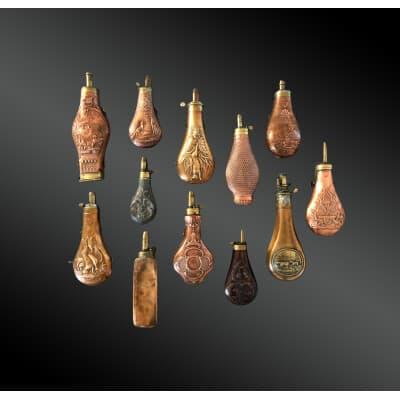 Lot de douze POIRES à POUDRE – Travail européen du XIXème siècle – Cuivre estampé et laiton