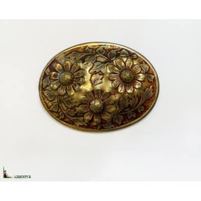 Broche ovale dorée à décor de fleurs, larg. 6 cm, (1970-1980)