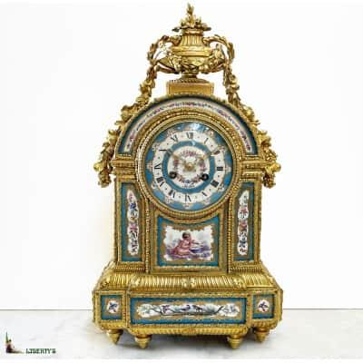 Pendule bronze doré au mercure avec 12 plaques porcelaine de Sèvres, aiguilles ajourées, suspension à fil de soie, signée Robin à Paris, Haut. 47 cm, Mi. XIXe