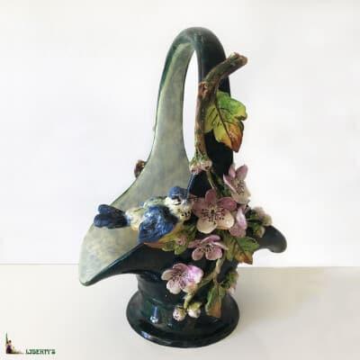Panier barbotine Art-Nouveau avec oiseau et fleurs, haut. 30 cm (Fin XIXe)