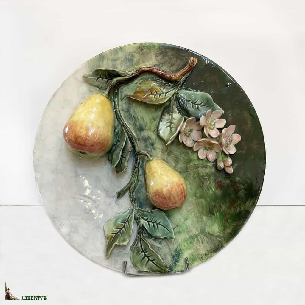 Assiette barbotine de Longchamp avec poires, diam. 29 cm, haut. 12 cm, (Fin XIXe)