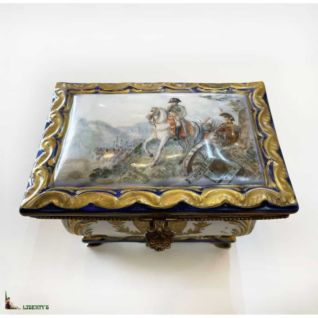 """Boîte porcelaine """"Napoléon à la bataille d'Austerlitz"""", 16 cm x 11 cm, (Fin XIXe)"""