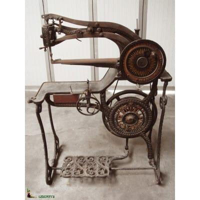 Machine à coudre pour le cuir Patent Elastic No 10405, 115 cm x 50 cm x haut. 84 cm (1837)