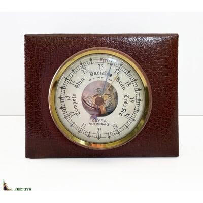 Baromètre anéroïde Lyfa France sur cuir signé Le Tanneur, larg. 11 cm, (Fin XXe)